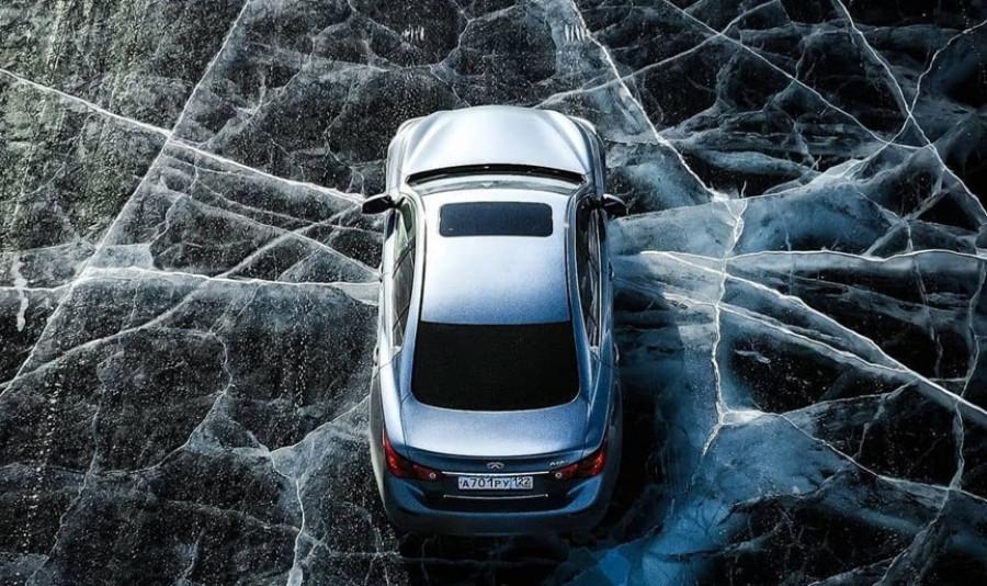 Автомобиль на льду Байкала.