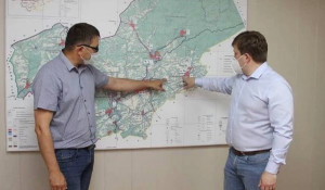 Глава Залесовского района Александр Пластеев обсуждает с министром здравоохранения края строительство ФАПов.