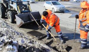 В Барнауле чистят дождеприемные колодцы.