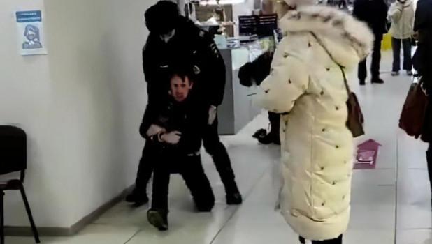 Задержание безмасочника в ТЦ. Красноярск.