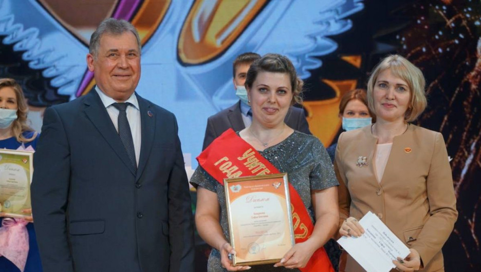 «Единая Россия» наградила победителей конкурса «Учитель года Алтая 2021»