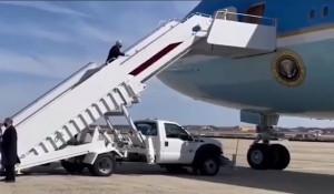 Джо Байден неудачно поднялся в самолет.