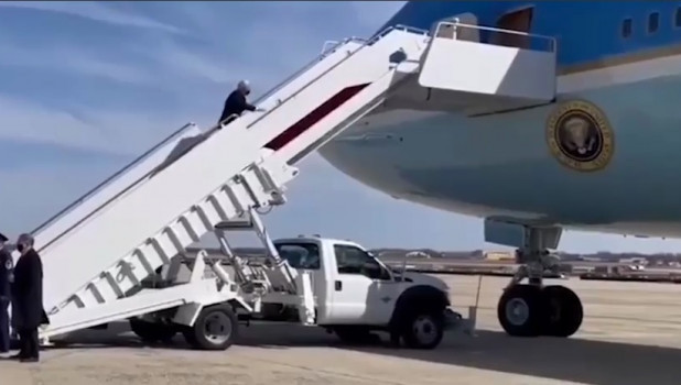 Байден упал на трапе самолета. В российском МИДе пошутили над комментарием Белого дома