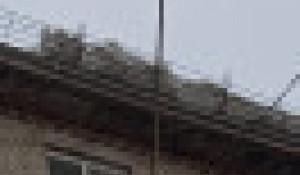 Снег на крыше жилого дома. Барнаул.