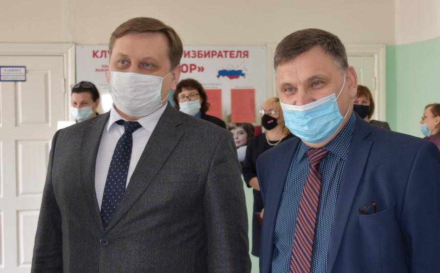 Максим Костенко и ректор АлтГТУ Андрей Марков.