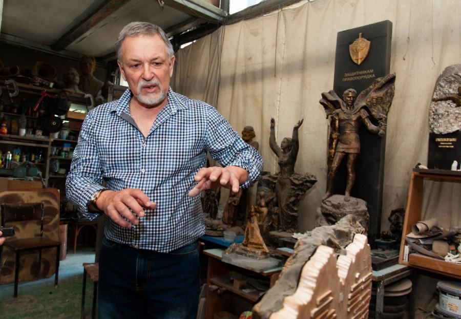 В мастерской скульптора Михаила Кульгачева.