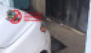 Машина перекрыла вход в подъезд. Красноярск.