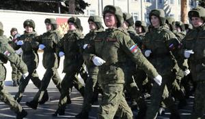 Женщины-военнослужащие маршируют.
