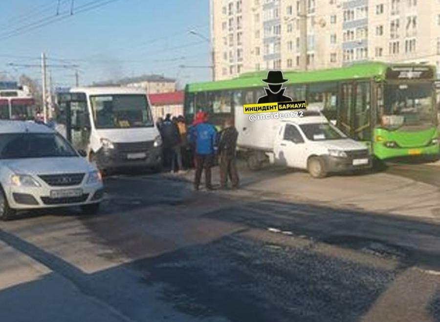 """Авария на ул. Малахова, напротив ТЦ """"Волна""""."""