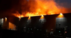 В Барнауле загорелось торгово-офисное здание на ул. Власихинская, 177.