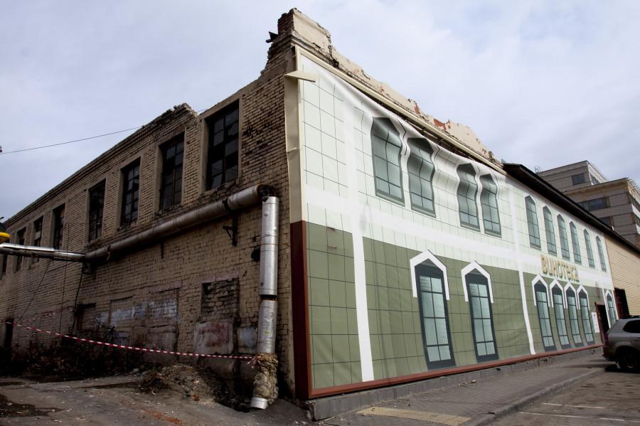 Труба отопления аварийного дома на стене здания на ул. Гоголя, 52, которое сносит застройщик.