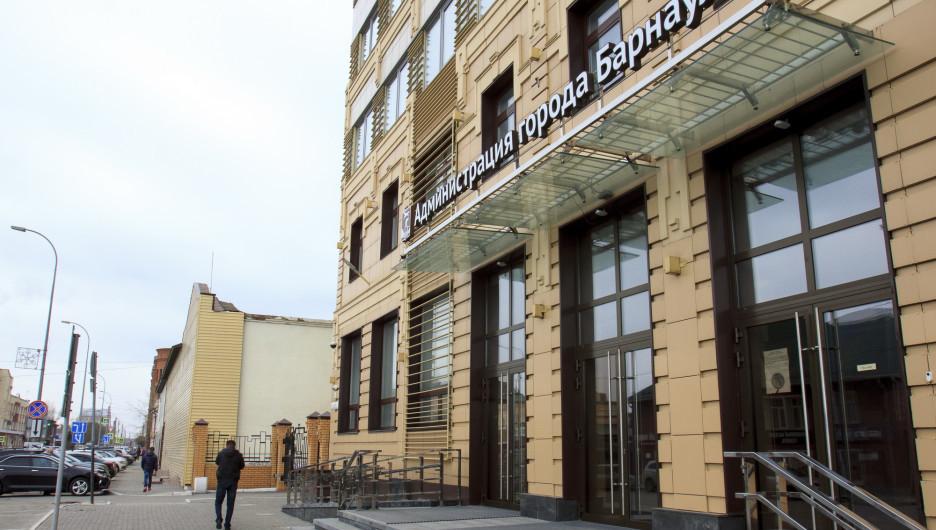 Вид на здание бывшей мебельной фабрики со стороны администрации Барнаула.