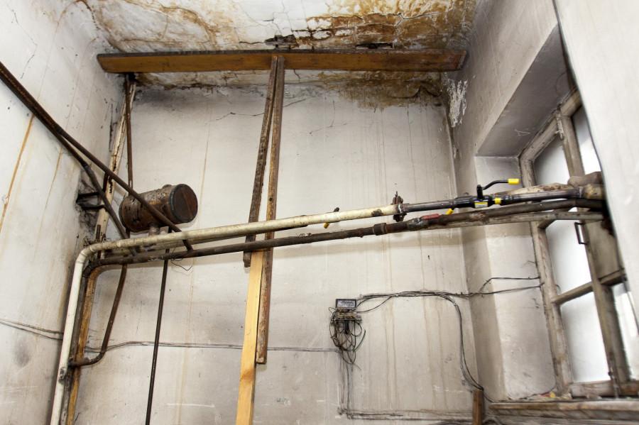 Трубы отопления в аварийном доме на ул. Гоголя, 54.