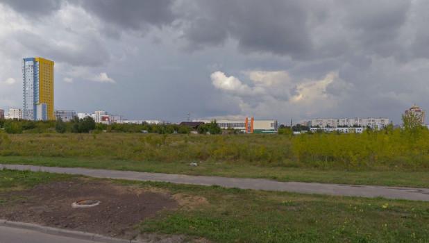 Пустырь на ул. Взлетной, 2г в Барнауле.