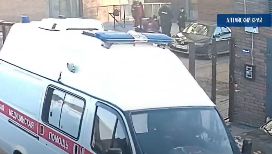 Полицейские поймали девушку.