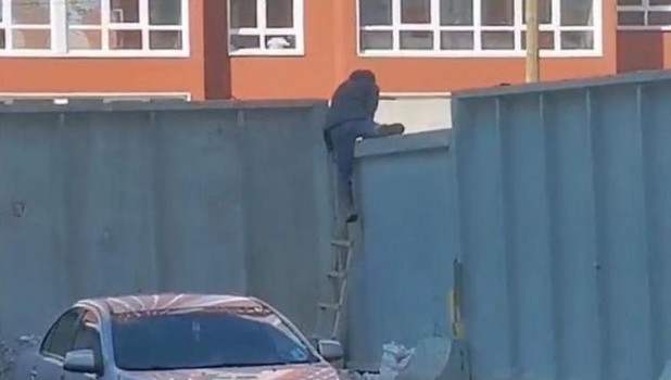 Барнаульцы лезут через забор.