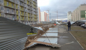 В Барнауле ветром повалило заборы.