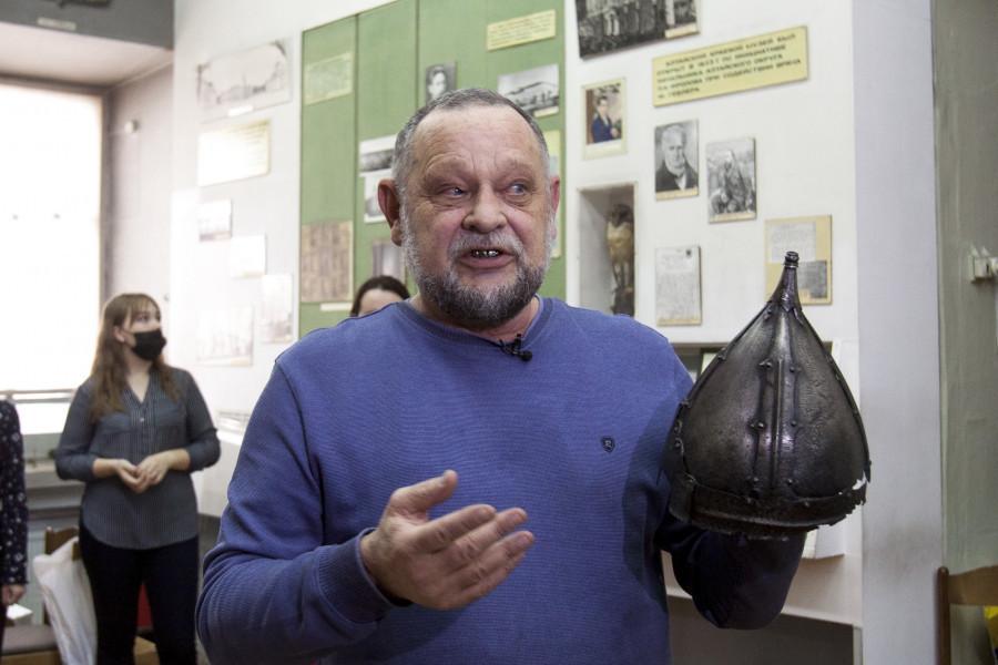 Историк и археолог Артур Кунгуов помог работникам музея упаковать монгольский шлем XIV века.