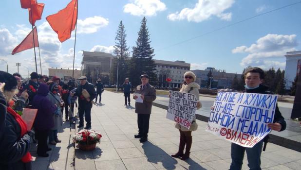 Коммунисты возложили цветы к памятнику Ленину.