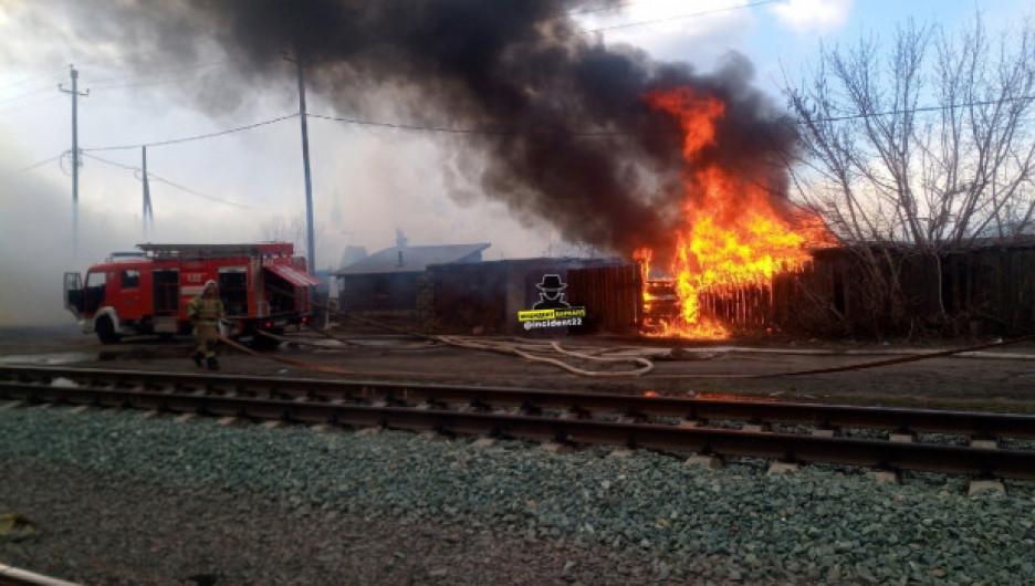 В Барнауле из-за шалости детей сгорел жилой дом
