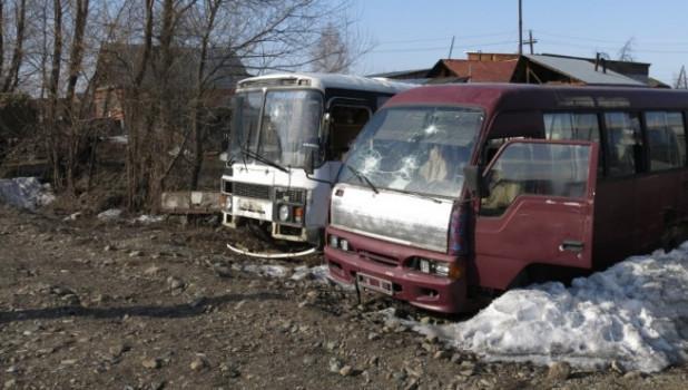 Школьники закидали камнями автобусы.