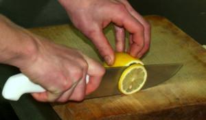 Режем лимон.