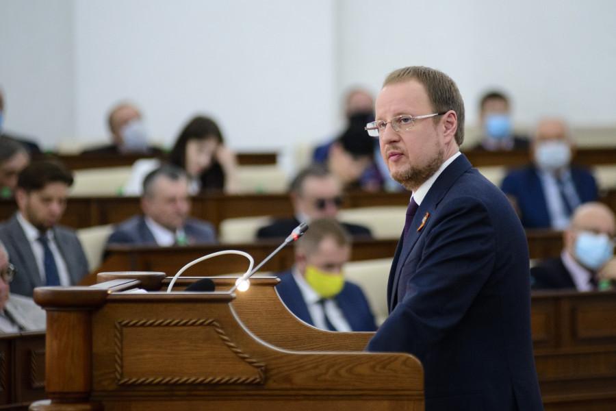 Неединогласное «за». Виктор Томенко отчитался за себя и свое правительство
