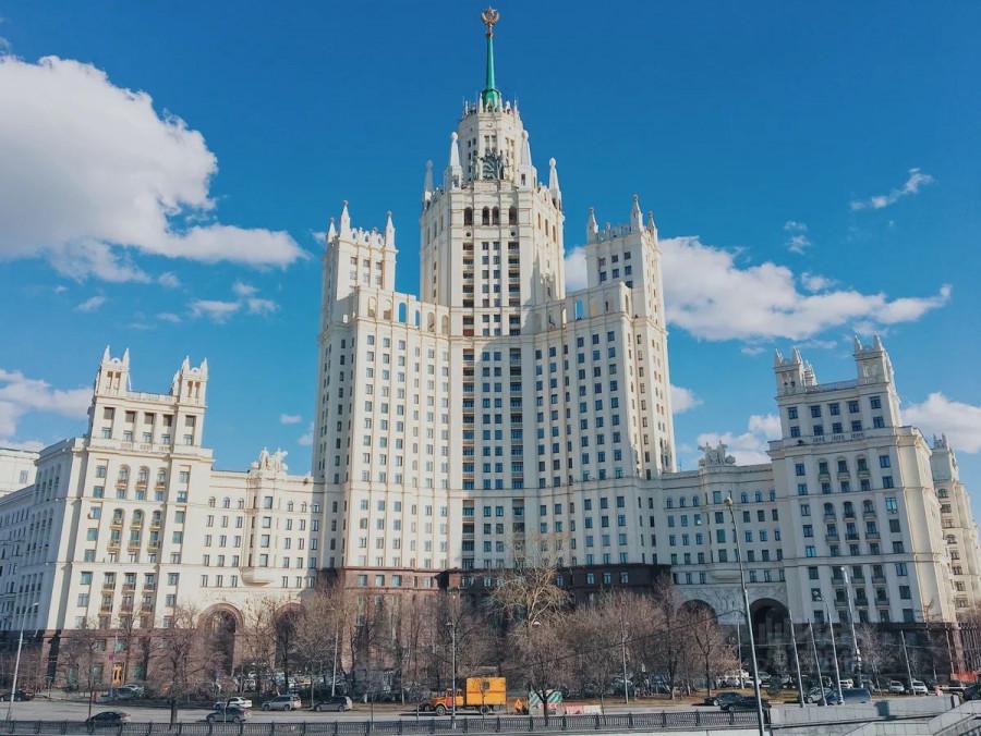 Квартира за 78 млн рублей, расположенная в знаменитом доме на Котельнической набережной в Москве.