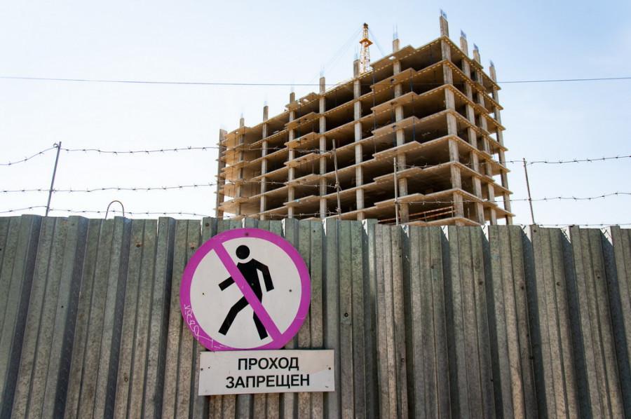 """Вокруг строительной площадки ЖК """"Клевер-парк""""."""