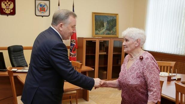 «Нам важно видеть и понимать людей»: Александр Карлин наградил тружеников Алтайского края