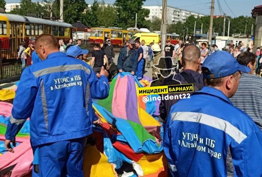 В Барнауле опрокинулся батут с игравшими на нем детьми.