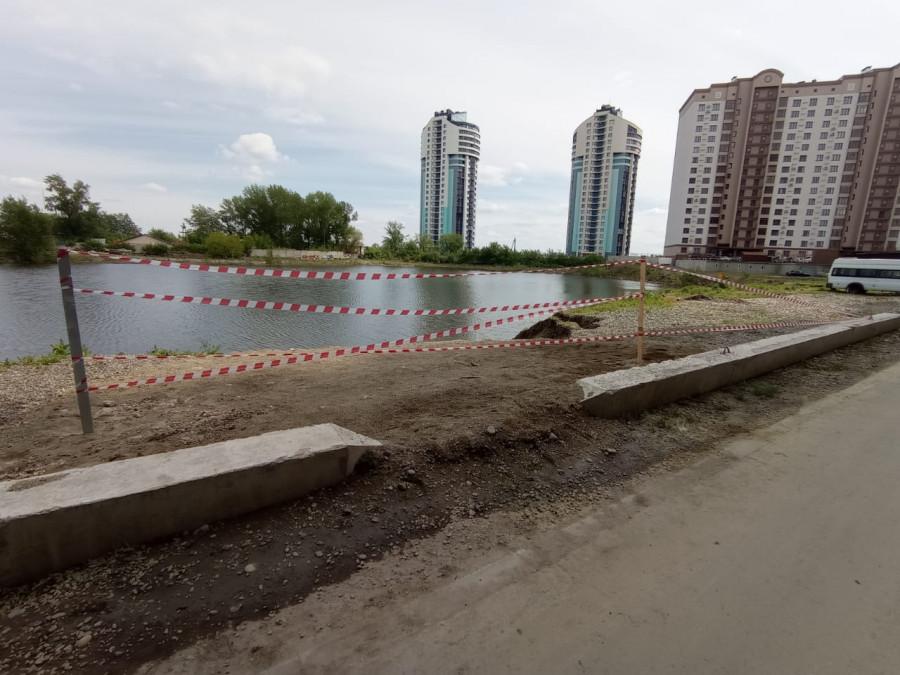 Барнаульский ковш. Большая трещина, засыпанная песком и щебнем.