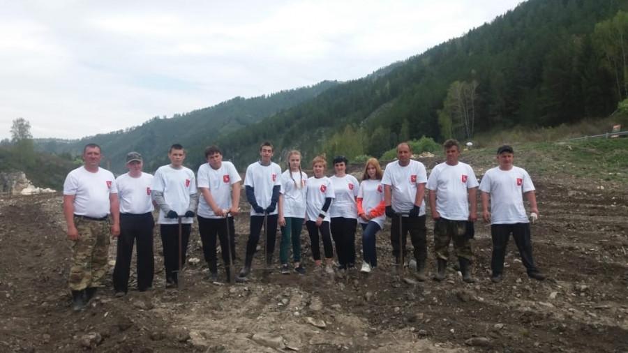 Добровольцы, помогавшие высаживать деревья.