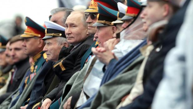 Ветераны и Владимир Путин на параде Победы, 9 мая 2021.