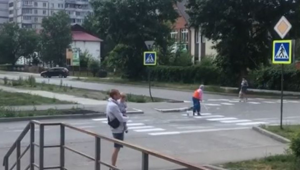 Женщина нарисовала разметку в Бийске.
