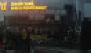 В Барнауле загорелась стена магазина.