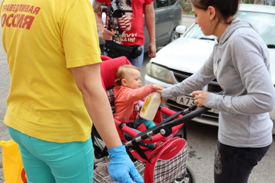Алтайские справедливороссы в Ключах раздали 100 литров молока в знак поддержки крестьян