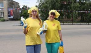 Алтайские справедливороссы в Ключах раздали 100 литров молока.