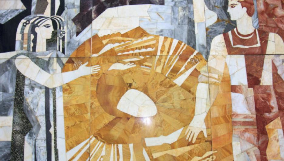 В Барнауле в здании бывшего речного вокзала демонтировали уникально мозаичное панно.