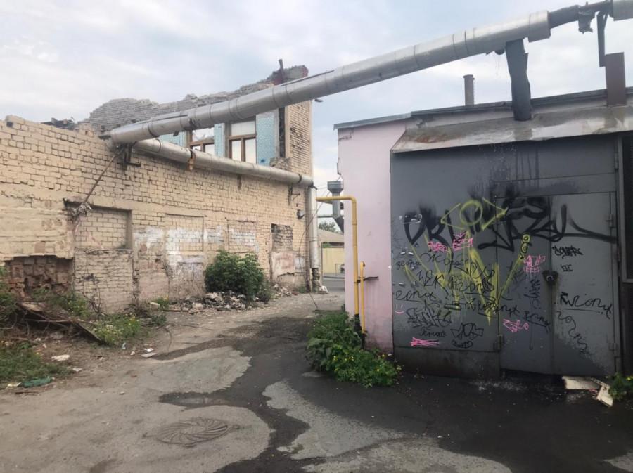 Во дворе аварийного дома в центре Барнаула прорвало трубу отопления.
