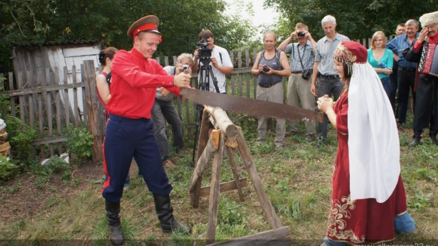 Алтайским казакам сдадут сельхозземлю без торгов. Как этим правом злоупотребляют