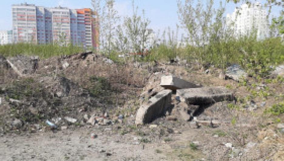Несанкционированные свалки строительного мусора в Индустриальном районе Барнаула.