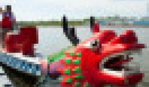 Соревнования по гребле на лодках-драконах.