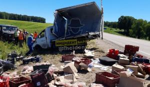 В Алтайском крае перевернулся грузовик с колбасой.