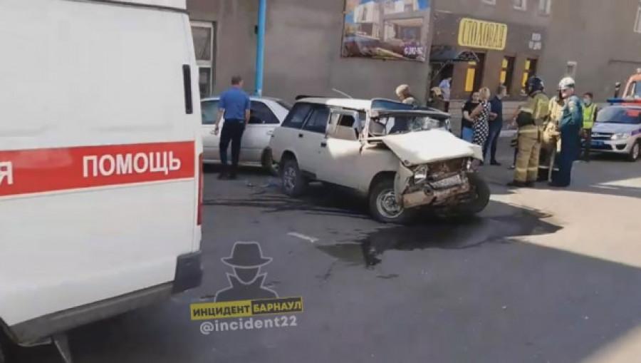 Авария на ул. Ткацкой в Барнауле.