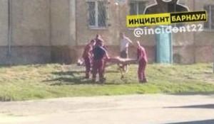 Женщина выпала из окна в Барнауле.