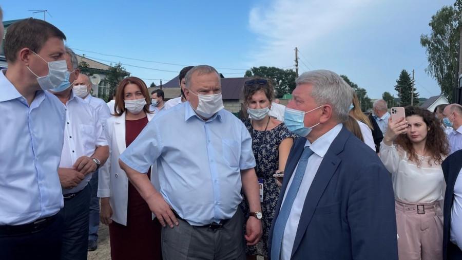 Андрей Турчак (крайний слева) в Смоленском районе.