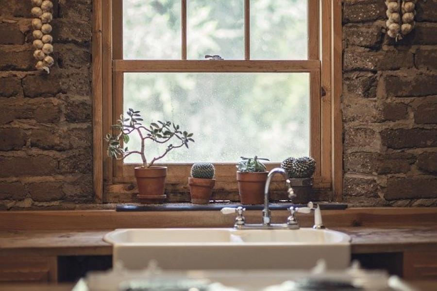 Жилье. Окно жилого дома.