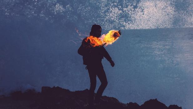Человек с факелом. Факел в руке.