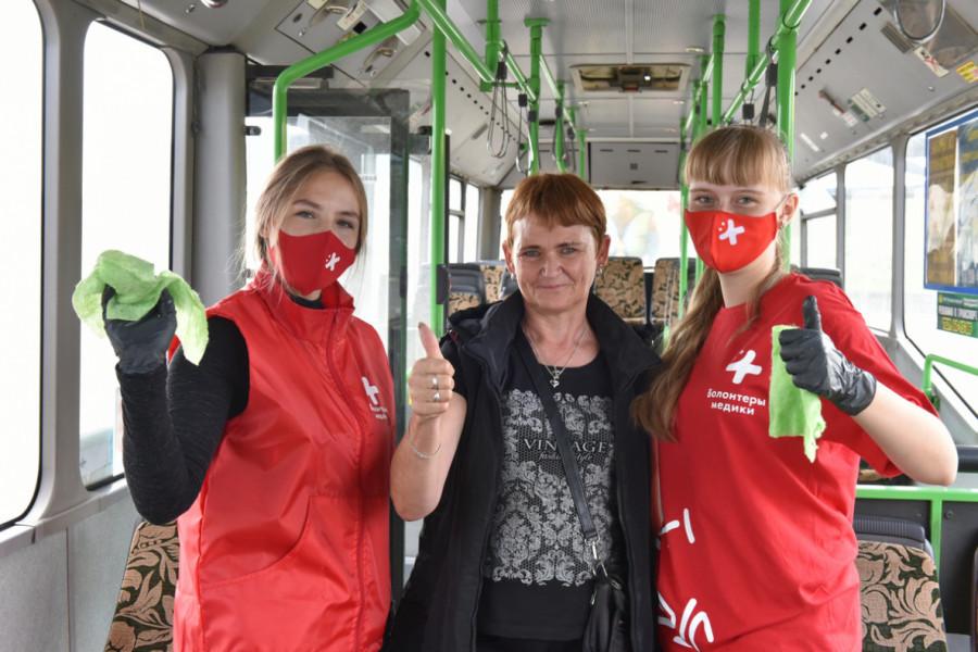 Волонтеры помогли дезинфицировать автобусы.